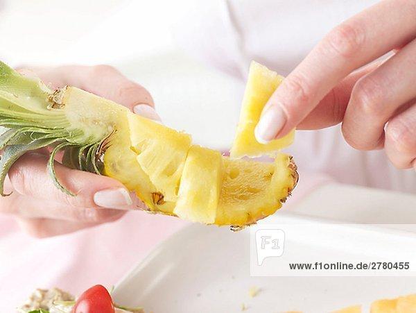 Frau isst Ananas Frau isst Ananas