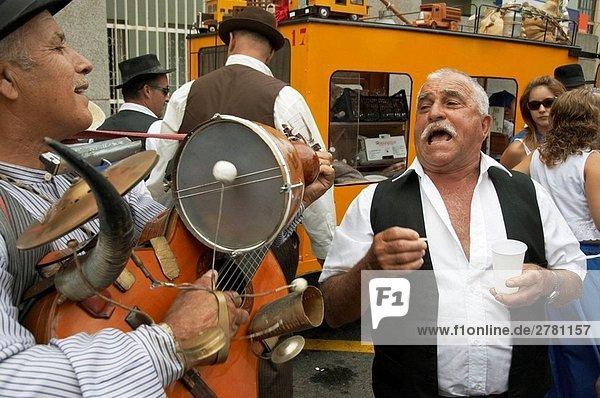 Spanisch Mann Fiesta auf Gran Canaria in die Kanarischen Inseln zu singen.