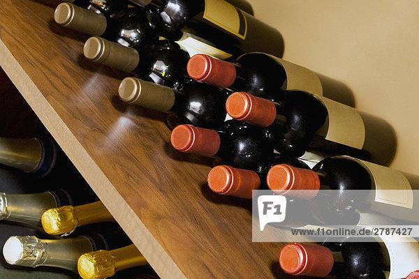Alkoholische Flaschen auf Regalen Alkoholische Flaschen auf Regalen