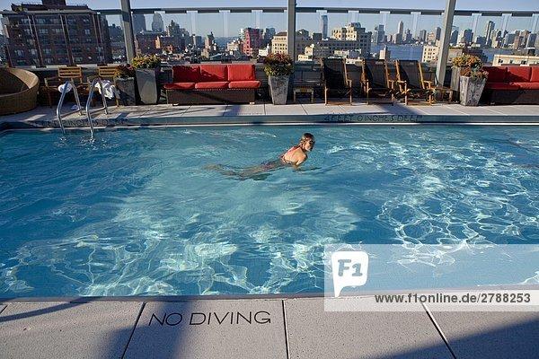 Vereinigte Staaten von Amerika USA New York City Manhattan New York State Frau schwimmt in Schwimmbad