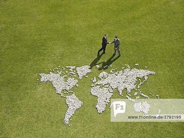 Geschäftsleute schüttelte Hände Nearworld Karte  die von Felsen