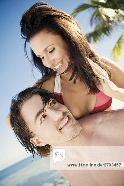 Paar umarmt am Strand