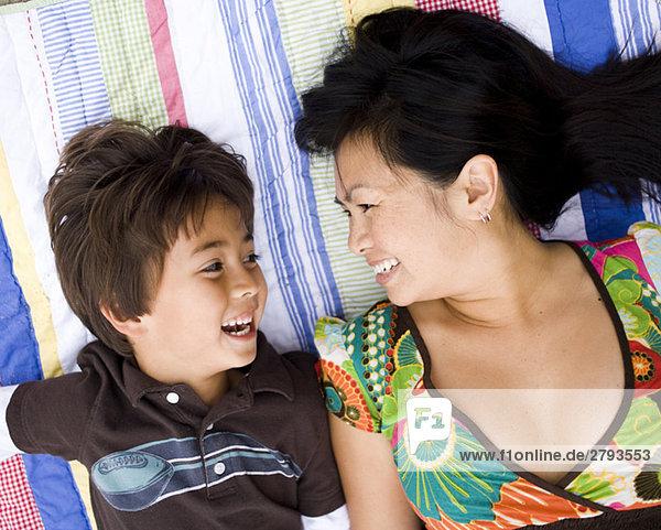 Mutter und Sohn zur Festlegung von Decke