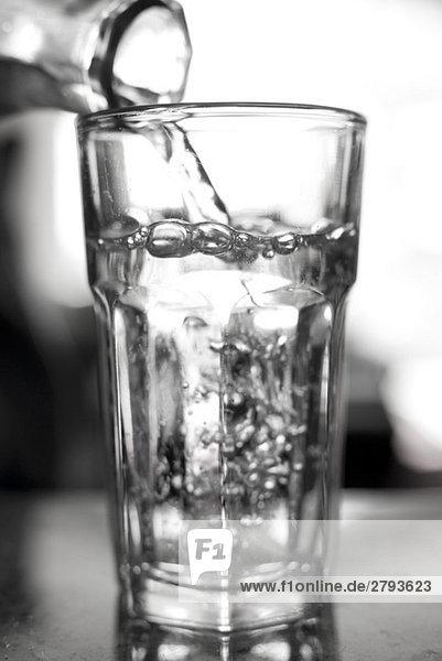 Close up of Wasser gegossen in Glas