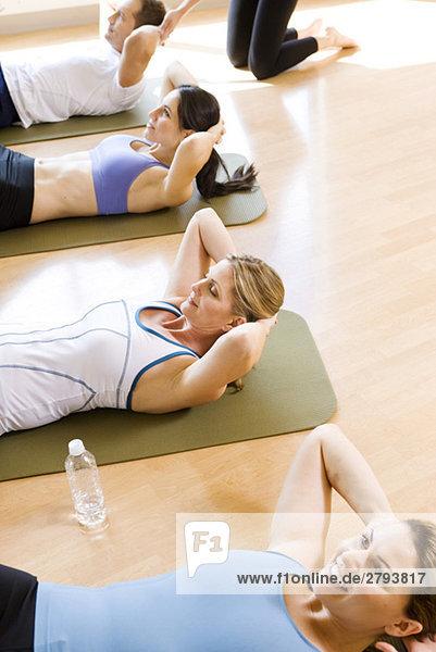 Menschen auf Sit-ups tun Trainingsmatten