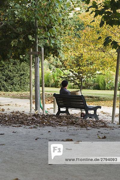 Frankreich  Paris  Mann  sitzend auf Parkbank Frankreich, Paris, Mann, sitzend auf Parkbank