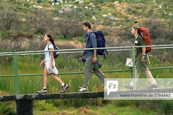 Wanderer  die über die Fußgängerbrücke gehen