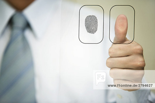 Mann drückt Daumen auf Fingerabdruckleser