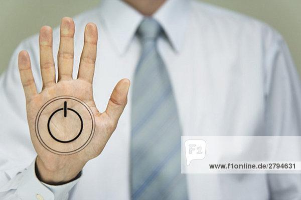 Mann mit Powerknopf auf der Handfläche