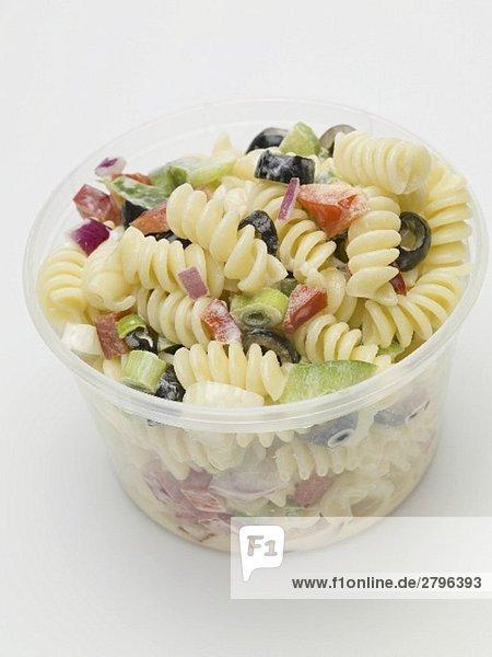 Nudelsalat mit buntem Gemüse im Plastikbehälter Nudelsalat mit buntem Gemüse im Plastikbehälter