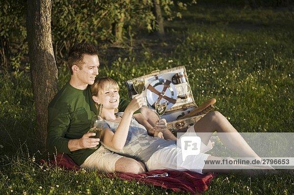 Paar beim Picknick auf einer Wiese