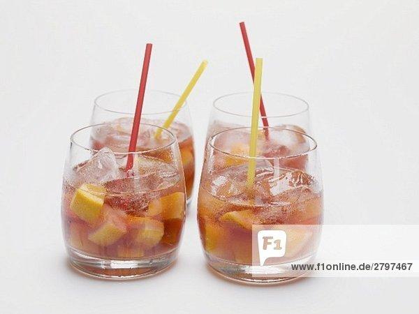Fruchtige Rotweinbowle in vier Gläsern Fruchtige Rotweinbowle in vier Gläsern