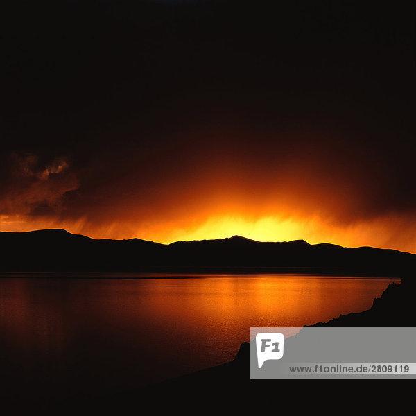 Dunkle Wolken über Namtso See bei Sonnenuntergang  Tibet