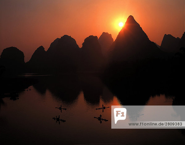Szene von Fluss und Berg bei Sonnenuntergang  Li-Fluss