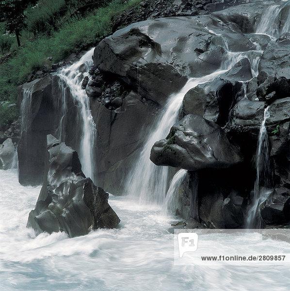 Wasserfall auf schwarzen Felsen  Sichuang