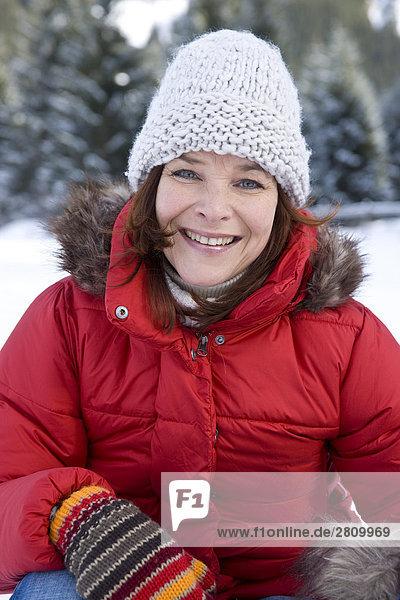 Portrait einer Frau in warme Kleidung lächelnd