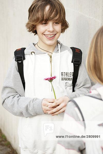 Grundschule Schüler die Blume seiner Freundin