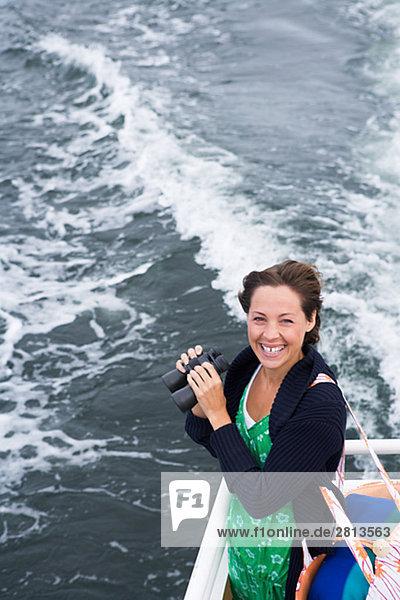 Eine skandinavische Frau in einem Boot auf dem Archipel Schweden.