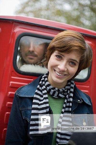 Junge Frau und ein Mann auf einem Pick-up-Schweden.