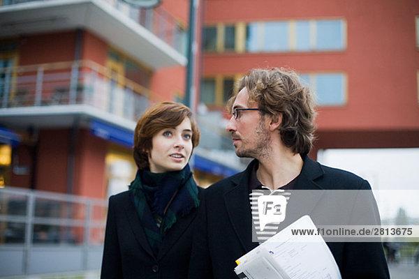Ein Geschäftsmann und Schweden gehend geschäftsfrau.