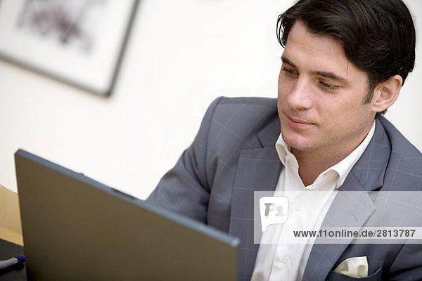Berater mit einem Laptop Stockholm Schweden.