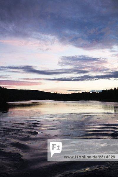 Sonnenuntergang über einen Fluss Vindelalven Schweden.