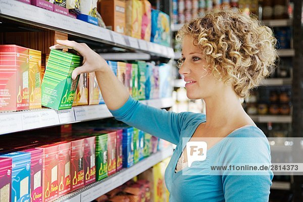 Eine Frau kaufender Nahrung Schweden.