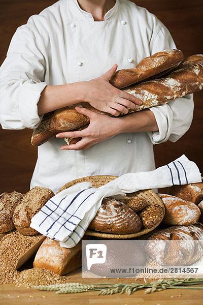 Ein Baker hält Brot Schweden.