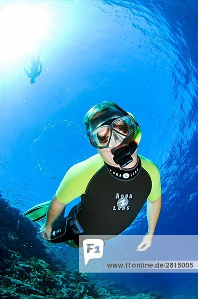 Ein Taucher im blauen Wasser Ägypten.
