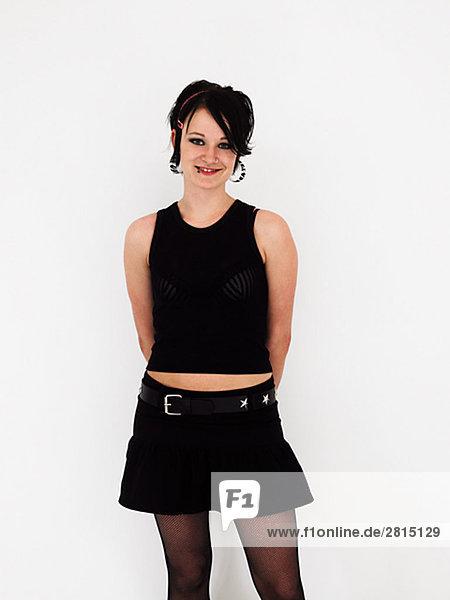 Portrait einer jungen Frau schwarze Kleidung trägt.