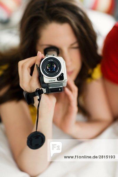 Ein junges paar mit einer Videokamera.