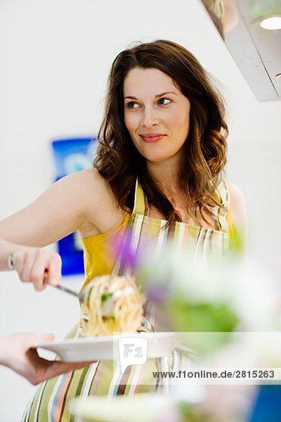 junge Frau junge Frauen Abendessen geben