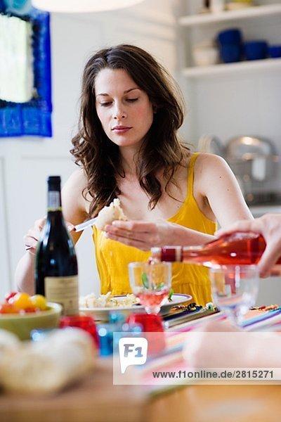 sitzend junge Frau junge Frauen Abendessen Portrait Tisch