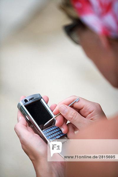 Eine Frau mit einem Mobiltelefon.