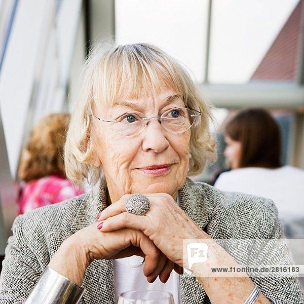 Porträt von eine ältere Frau in einem Restaurant-Berlin-Deutschland.