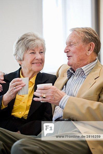 Ein altes paar Tassen Kaffee Schweden halten.