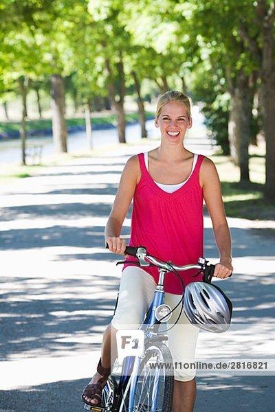 Eine junge Frau mit einem Fahrrad Schweden.