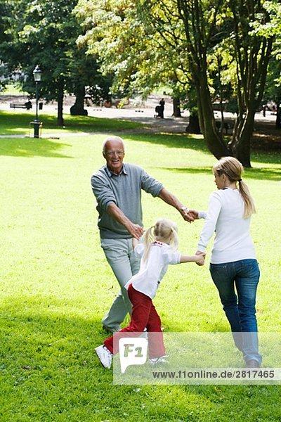 Frau älterer Mann and Girl playing im Park Schweden.