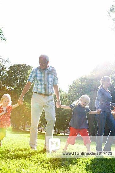 älterer Mann Frau und Kinder gehen für ein Picknick Schweden.