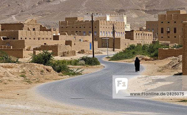 Jemen  Seyun  Hadramaut. Verschleierte Frau Außenaufnahme