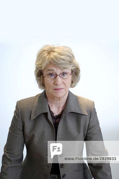 Porträt von zweifelhaft aussehende mündig geschäftsfrau