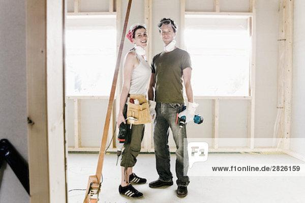 stehend bauen Portrait jung Eigentumswohnung neues Zuhause
