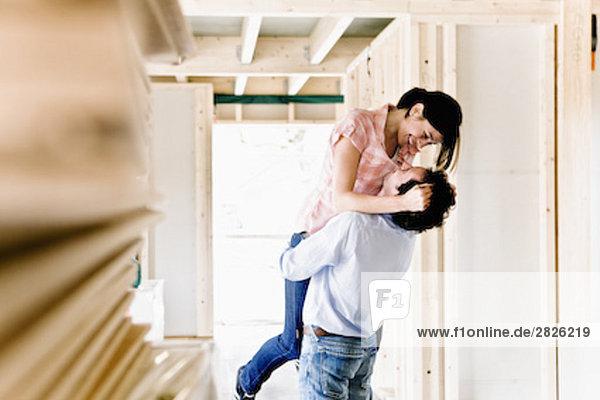 bauen umarmen jung Eigentumswohnung neues Zuhause