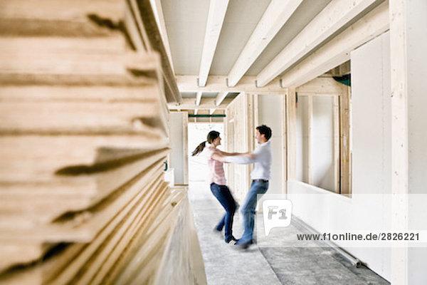 bauen tanzen jung Eigentumswohnung neues Zuhause bauen,tanzen,jung,Eigentumswohnung,neues Zuhause