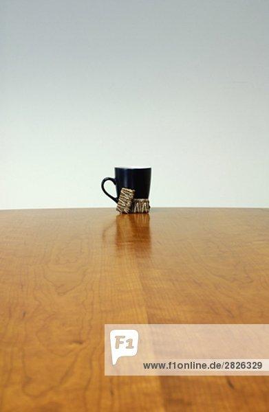 Stillleben mit schwarzen Tasse und Sugar Cubes auf Tabelle