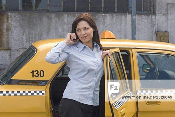 Handy Portrait Geschäftsfrau sprechen gelb Kurznachricht Taxi jung verlassen
