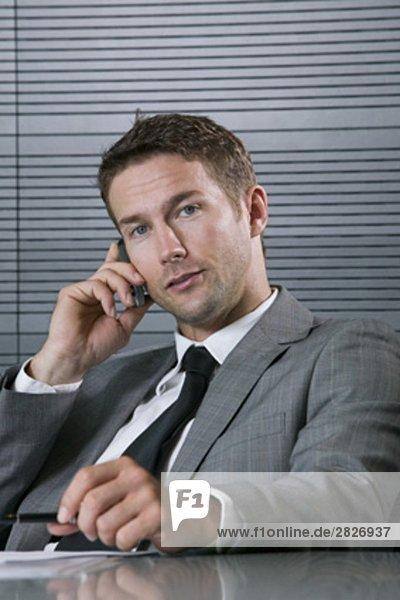 Portrait des Kaufmanns sprechen auf Handy
