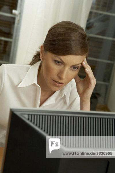 Porträt von geschäftsfrau Blick auf Computer-Bildschirm