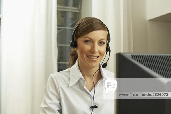 Porträt von weiblichen Call Center Agent sitzen am computer