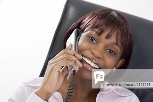 Porträt von schwarzen geschäftsfrau mit Telefon